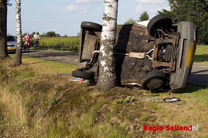 Auto op de zijkant na ongeval Langsweg in Lemelerveld - Foto: Pim Haarsma
