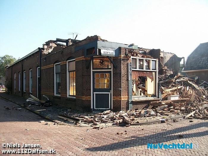 Grote brand verwoest voormalig café in Dalfsen - Foto: Niels Jansen