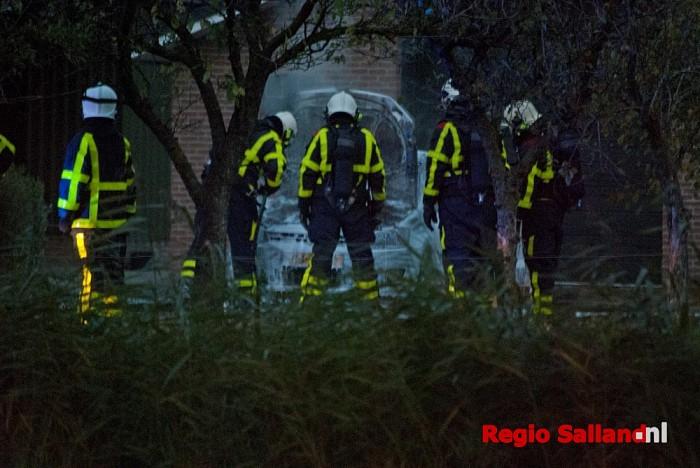 Auto in brand aan de Weerdhuisweg te Lemelerveld - Foto: Robin Duteweerd