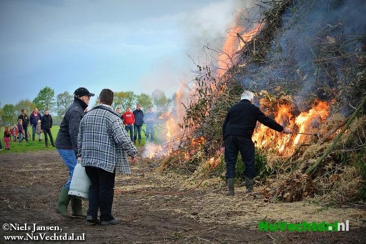 Video + foto's paasvuur Oudleusen 2014 - Foto: Niels Jansen