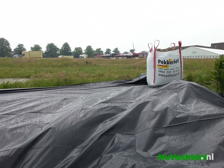 Nood-dam voor evenemententerrein Dalfsen - Foto: Niels Jansen