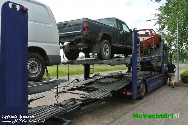 Auto dreigt van vrachtwagen te vallen in Nieuwleusen - Foto: Niels Jansen