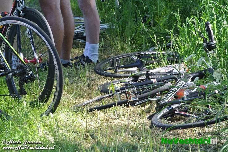 [Video] Ernstige valpartij wielrenners Rechterensedijk Dalfsen - Foto: Niels Jansen
