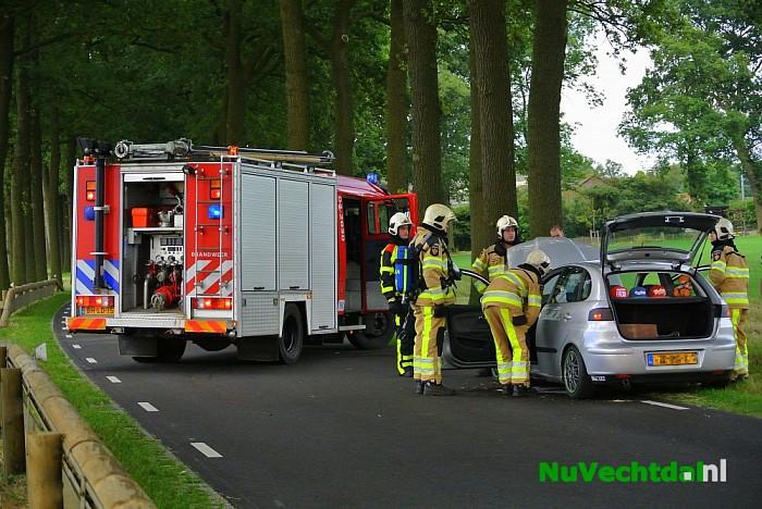 Auto in brand na aanvaring met strobaal in Dalfsen - Foto: Niels Jansen
