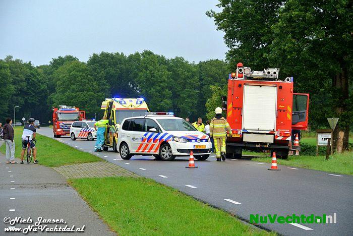 VIDEO Busje over de kop op de Tolhuisweg bij Dalfsen - Foto: Niels Jansen