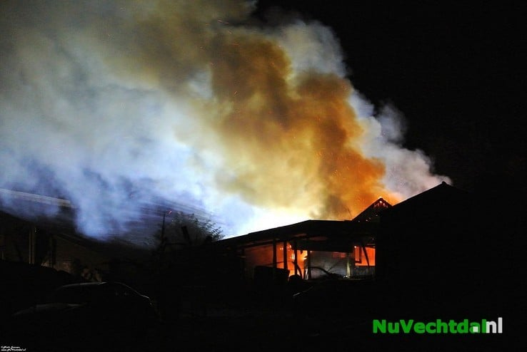 Video: Brand legt schuur aan de Bese in Dalfsen in de as - Foto: Niels Jansen