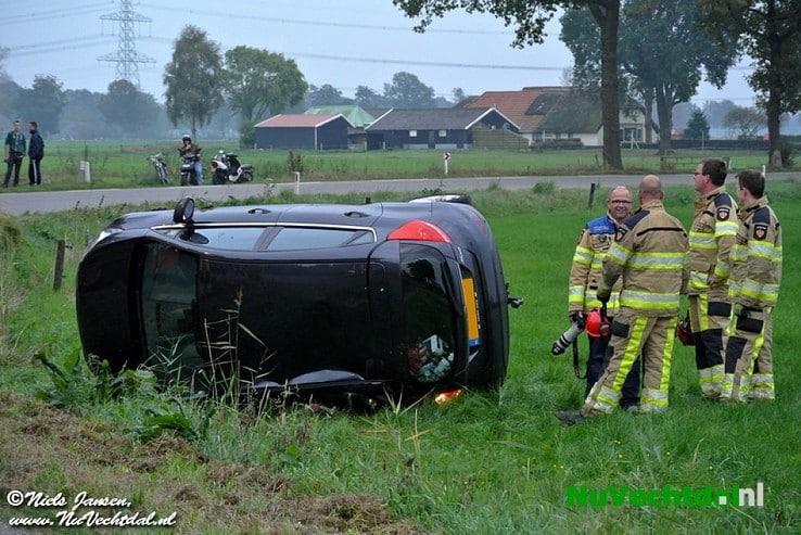 Video: Auto op kant bij ongeval Dommelerdijk Dalfsen - Foto: Niels Jansen