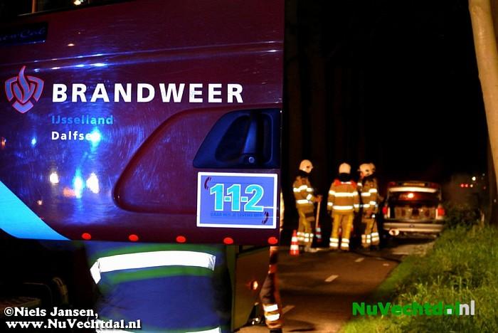 Klassieke Audi uitgebrand op de Tolhuisweg bij Dalfsen - Foto: Niels Jansen
