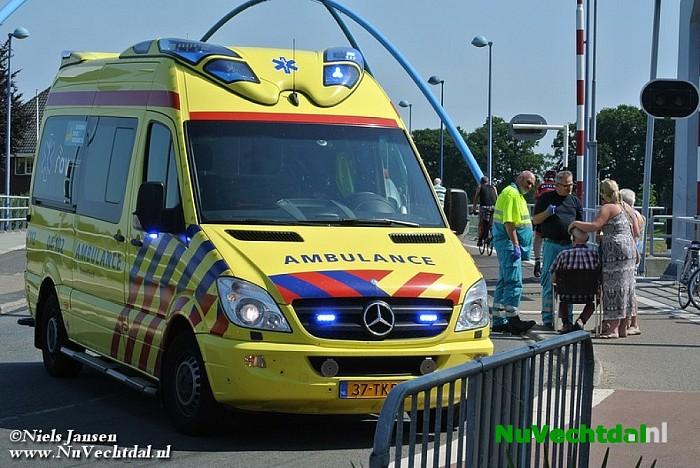 Fietser gevallen bij de brug in Dalfsen - Foto: Niels Jansen