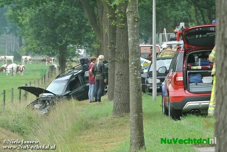 Gezin met auto de greppel in Welsummerweg Dalfsen - Foto: Niels Jansen