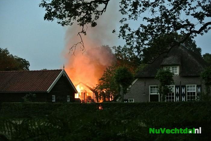 Schuur verwoest door uitslaande brand in Lemele - Foto: Niels Jansen