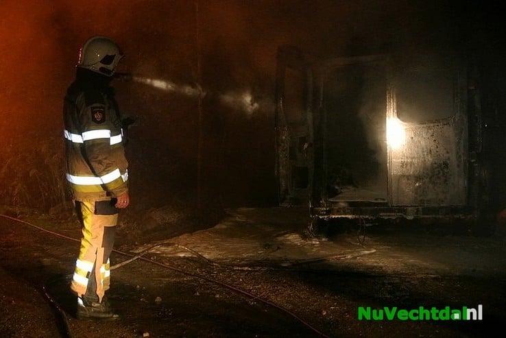 Busje uitgebrand bij woning Heinoseweg Dalfsen - Foto: Niels Jansen
