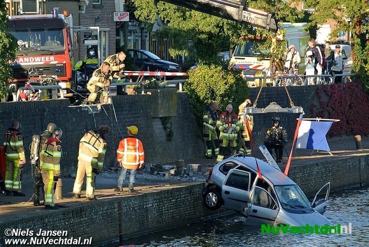 Auto in Dalfsen rijdt Vecht in, bestuurder overleden - Foto: Niels Jansen