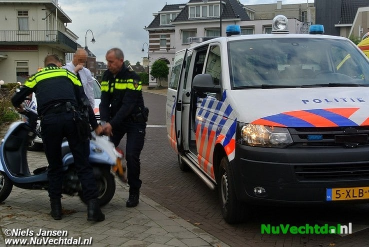 Ongeval tussen wielrenner en scooter in Ommen - Foto: Niels Jansen