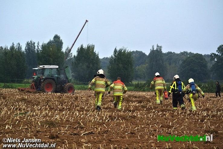 Tractor in brand op akker Zwarteweg Dalfsen - Foto: Niels Jansen
