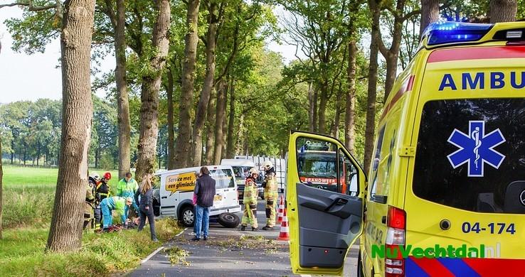 Bestelbus ramt boom op Poppenallee Dalfsen - Foto: Hugo Janssen
