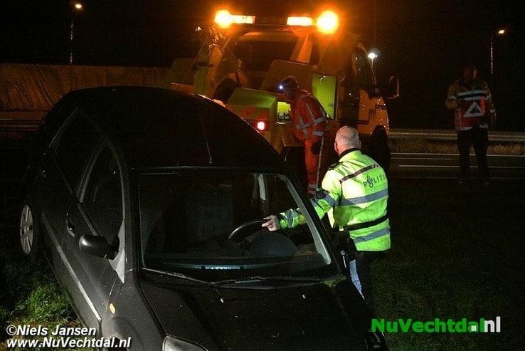 Glijpartij op A28: Auto via vangrail in de greppel - Foto: Niels Jansen