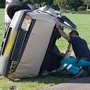 Auto op de zijkant na ongeval Langsweg in Lemelerveld