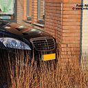 Auto ramt muur van apotheek Carrouselplein te Ommen