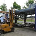 Auto dreigt van vrachtwagen te vallen in Nieuwleusen