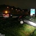 Glijpartij op A28: Auto via vangrail in de greppel